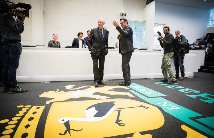 Verkenner Hans Wiegel wordt door Richard de Mos rondgeleid in de Haagse raadzaal.