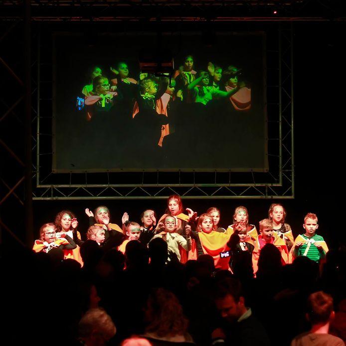 In de kerk werd de show SNOW opgevoerd, met vooral veel dans.