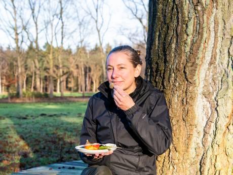 Sabine (39) uit Dalfsen werkt aan voedselbos waar de hele buurt samenkomt