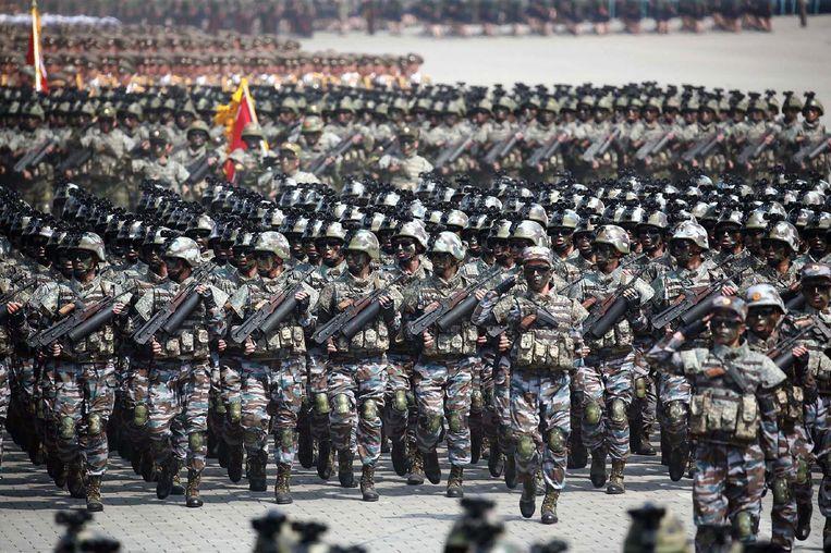 Critici van Noord-Korea doen de jaarlijkse militaire parades in Pyongyang af als pure propaganda. Een deel van de wapens zou nep zijn. Noord-Korea heeft echter bewezen in het verleden dat het gedurfde militaire acties kan uitvoeren in Zuid-Korea. Beeld AFP