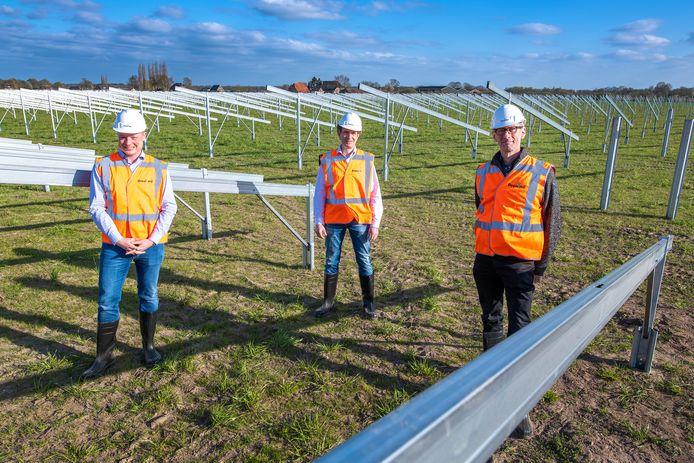 Van links af directeur Jörn Maathuis van projectontwikkelaar Prowind, bestuurslid Otto Hettinga van EnergieRijk Voorst en projectleider Michiel Roemer van energiecoöperatie DeA.