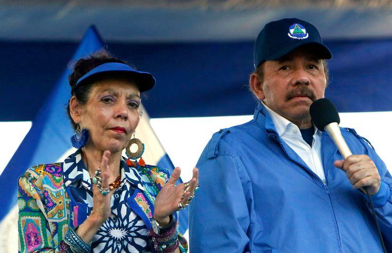 Rechts de president van Nicaragua, Daniel Ortega, en zijn vrouw, vicepresident Rosario Murillo. Beeld AP