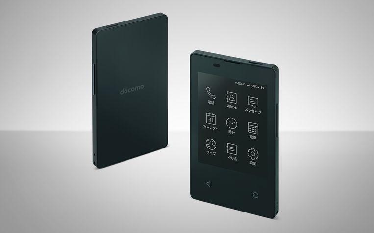 De KY-O1L van Docomo, een telefoon zo klein als een creditcard. Beeld NTT Docomo