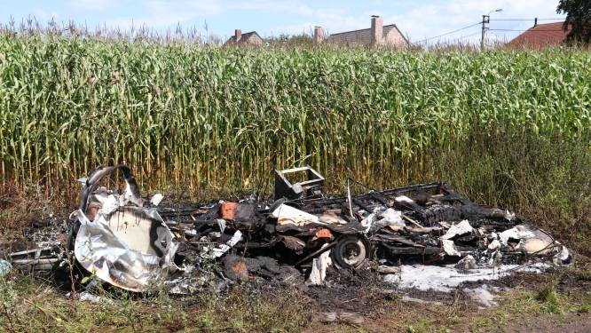 Leegstaande caravan gaat in vlammen op in landwegel