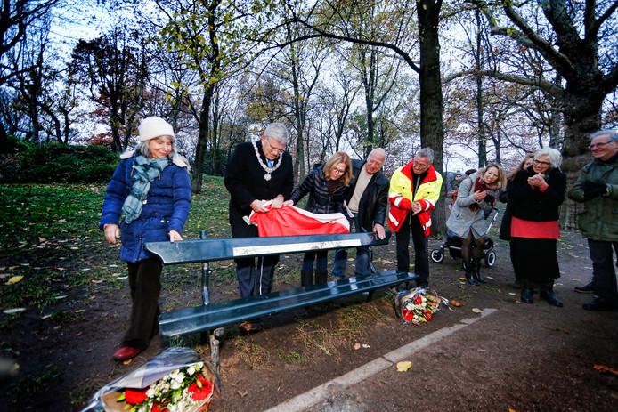 Jan van Zanen onthult samen met de dochters Peggy-Ann (links) en Geri Vroman de plaquette op het 'Vromanbankje' in het Utrechtse Zocherpark.
