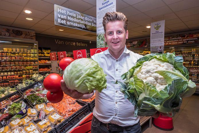 Op het moment verkoopt de PLUS van Jan Verbeeten onder meer kroppen ijsbergsla, bloemkolen en tomaten met afwijkende maten. ,,Maar dat is dan ook het enige dat er anders aan is.''