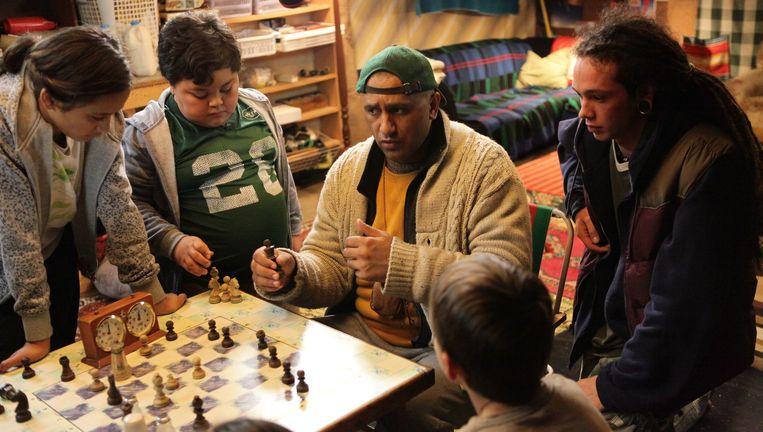 Cliff Curtis (met pet) als de aan lager wal geraakte, geesteszieke schaakcoach die zich sterk maakt voor de toekomst van achtergestelde kinderen. Curtis moest voor deze rol 30 kilo aankomen. Beeld  .