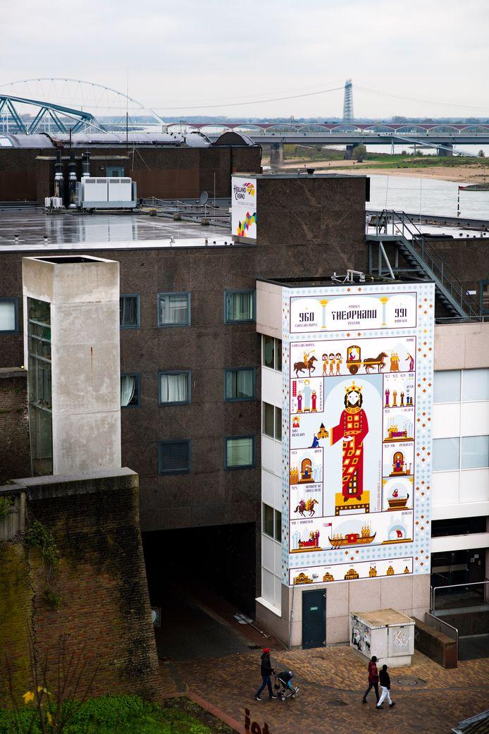 Muurschildering over Theophanu aan gevel Holland Casino door Gerco Hiddink en Maaike van den Heuvel van Studio Hartebeest
