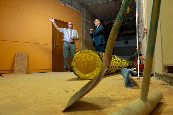 Projectleider Harrie de Graaf vertelt aan burgemeester Tom Horn over de verbouwing van het gemeentehuis in Epe, begin september.