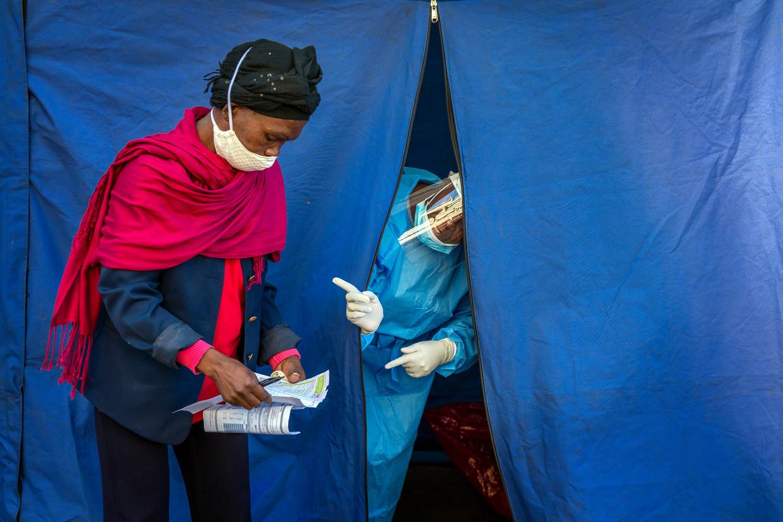 Gezondheidsmedewerkers in Johannesburg testen niet alleen op Covid-19, maar ook op hiv en tuberculose.  Beeld AP