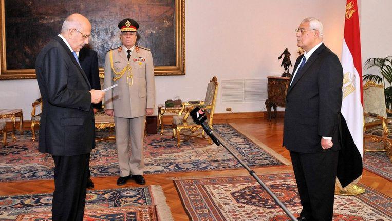 Mohamed El-Baradei (L) legt de eed af ten overstaan van interim-president Adli Mansour (R), in Cairo, Beeld epa