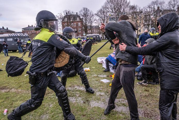 De politie maakte zondagmiddag een einde aan een illegale demonstratie tegen de coronamaatregelen op het Museumplein in Amsterdam.