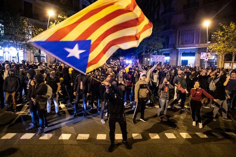De onafhankelijkheidsbeweging gebruikt voornamelijk de Estelada, de niet-officiële Catalaanse vlag, met blauwe ster. Beeld AP