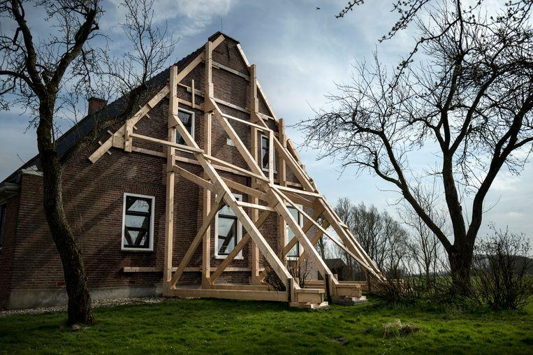 Een boerderij in in het Groningse dorp Startenhuizen is zwaar beschadigd door de aardbevingen. Beeld Hollandse Hoogte