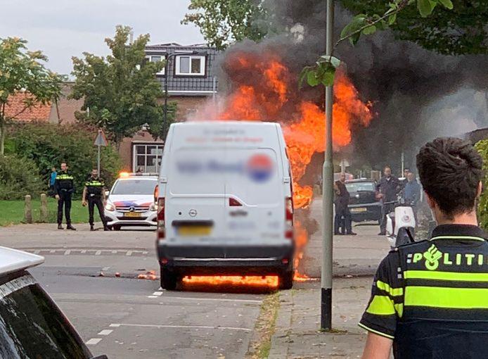 Busje in brand in Breda.