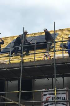 Wethouders beklimmen dak nieuwbouwproject Hulzebraak III in Schijndel