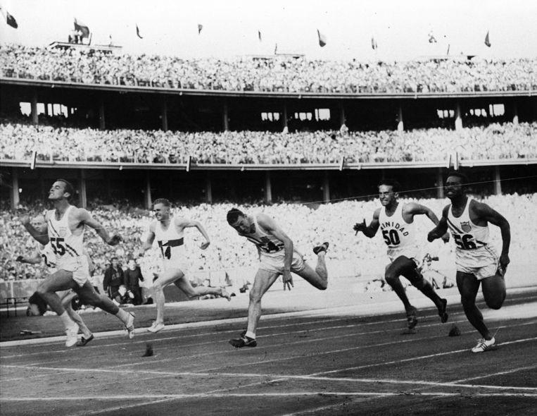 Bobby Joe Morrow wint de 100 meter sprint in een tijd van 10,5 seconden tijdens de Olympische spelen van 1956 in Melbourne.  Beeld AP
