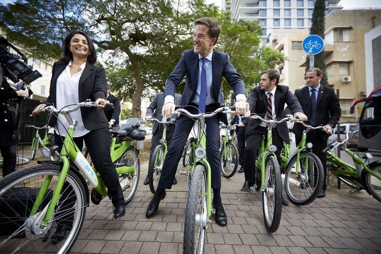 Minister-president Mark Rutte fietst over de Rothschild Boulevard, waar verschillende Israelische start-up bedrijven zijn gevestigd. Beeld null