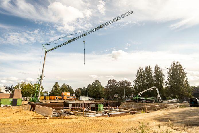 In Veldhoven wordt gewerkt aan de bouw van een nieuw zwembad, naast het huidige zwembad D'n Ekkerman. Foto gemaakt in september