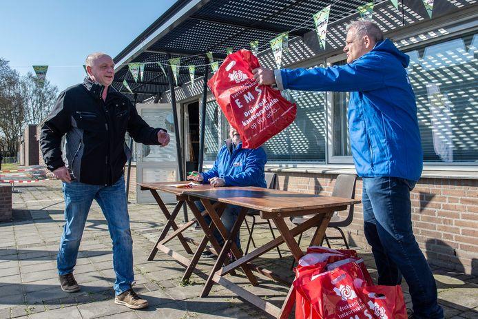 William van den Bosch haalt namens zijn team de 'golfballetjes' de eerste opdracht binnen voor De May Kwist.