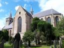De protestante Laurentiuskerk in 't Ginneken bij daglicht. Deze kant blijft 's avonds onverlicht om de begraafplaats te eerbiedigen en de nestelende vleermuizen niet te hinderen.