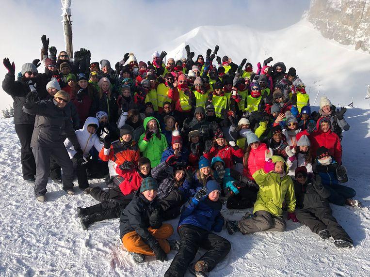 85 Beerselse kinderen uit de gemeentelijke basisscholen van Lot en Huizingen amuseren zich in de Zwitsere sneeuw.