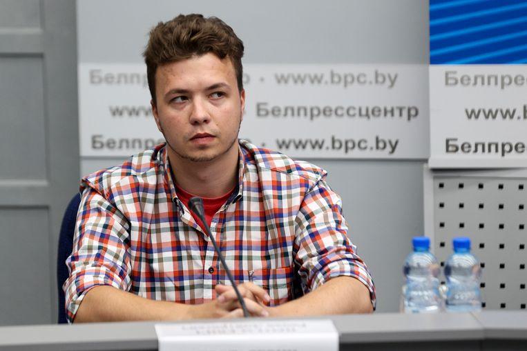 Pratasevitsj tijdens een persconferentie op het ministerie van Buitenlandse Zaken in Wit-Rusland, op 14 juni. Tijdens zijn gevangenschap werd de journalist herhaaldelijk gedwongen steun uit te spreken voor het Loekasjenko-regime. Beeld AP