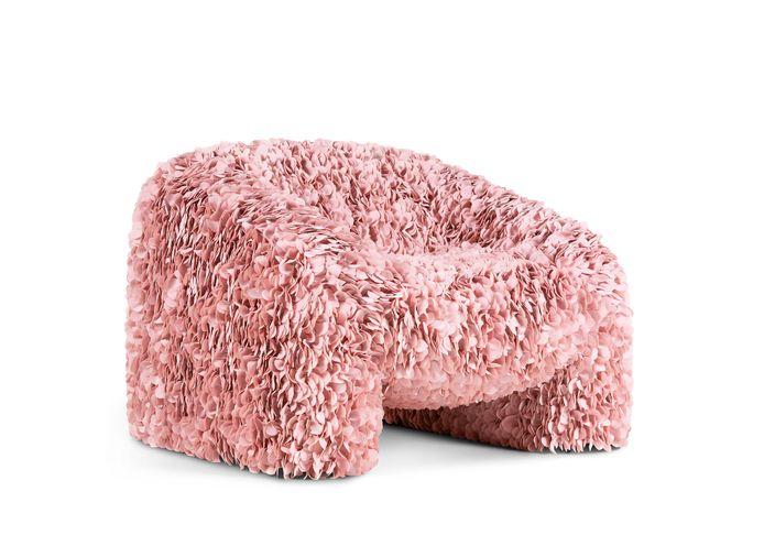 Maar liefst 30.000 met de laser gesneden bloemblaadjes voor fauteuil Hortensia.