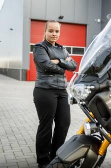 'Te kleine' Naomi toch nog geslaagd voor haar motor-examen
