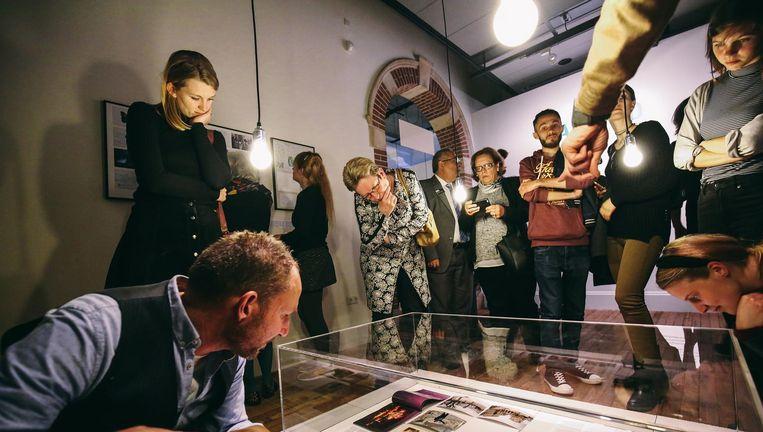 In het Tropenmuseum leiden Syrische vluchtelingen de bezoekers rond en vertellen over hun stad, Aleppo. Beeld  Foto: Desiré van den Berg