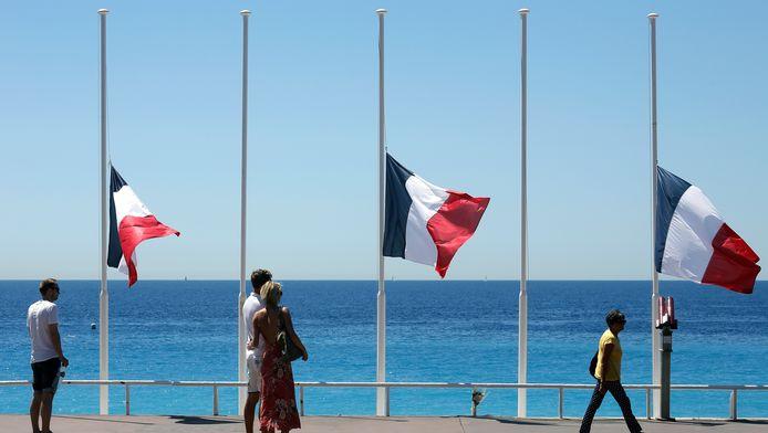 De vlaggen hangen halfstok op de boulevard van Nice.