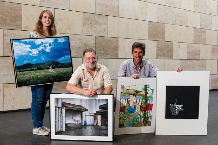 Kim Wiggers, Geo Oplaat en Peter Kooij met hun prijswinnende kunstwerken.