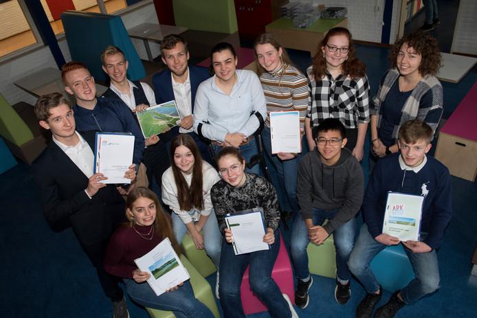 Leerlingen van het Tielse Lingecollege presenteren ideeën over het overstromingsgebied Kleine Willemswaard.