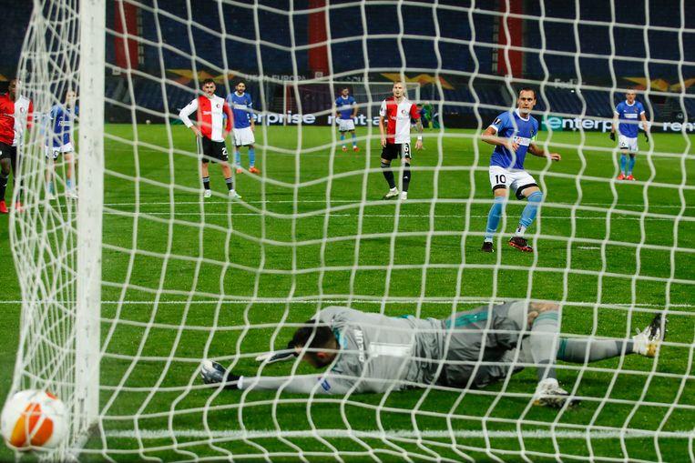 Wolfsberger AC scoort zijn tweede doelpunt en passeert keeper Justin Bijlow van Feyenoord. Beeld AP