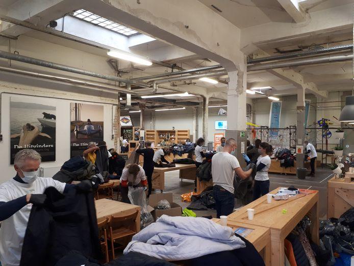 De ingezamelde jassen worden gesorteerd in de Uitvindfabriek in De Faam.