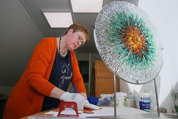 Wilma Hoeve in actie in haar atelier.