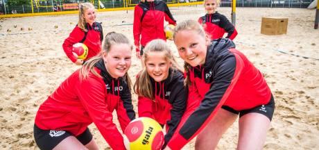Zusjes uit Noordijk trainen in Borne voor het NK: 'Beachvolley geeft vakantiegevoel'