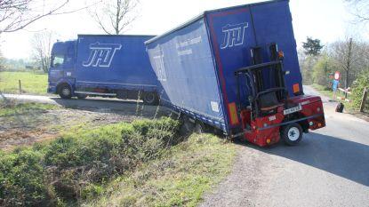 Aanhangwagen vrachtwagen kantelt in gracht