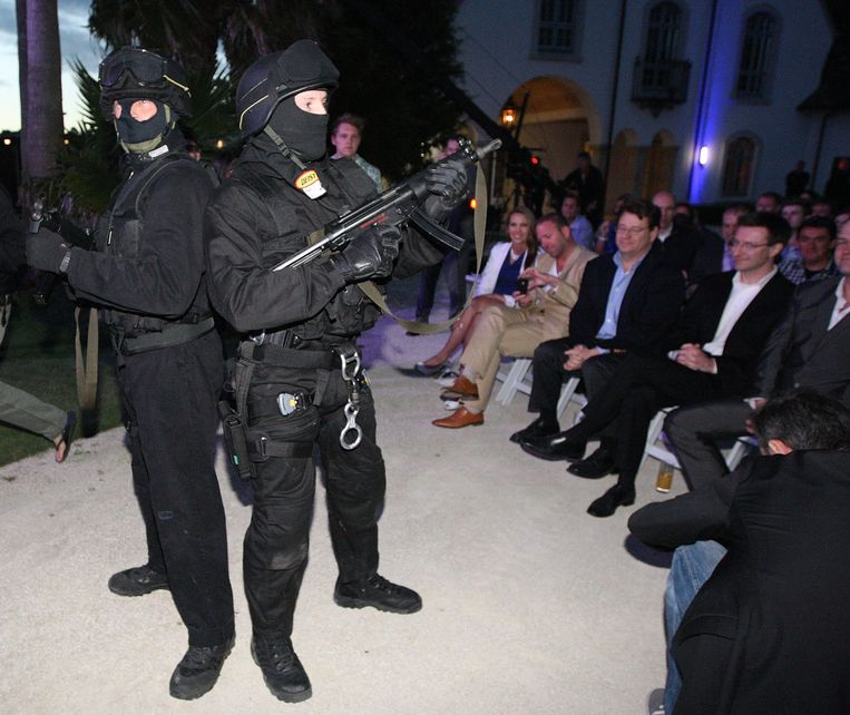 AUCKLAND, NEW ZEALAND - JANUARY 20:  A fake swat team enters the mansion grounds on the first anniversary of the police raid which saw the closure of  Megaupload, as Kim Dotcom launches his new file-sharing site, Mega, on January 20, 2013 in Auckland, New Zealand. The launch comes as Dotcom continues to face extradition to the United States on copyright and racketeering charges in relation to his file sharing site, Megaupload. (Photo by Fiona Goodall/Getty Images) Beeld Getty Images