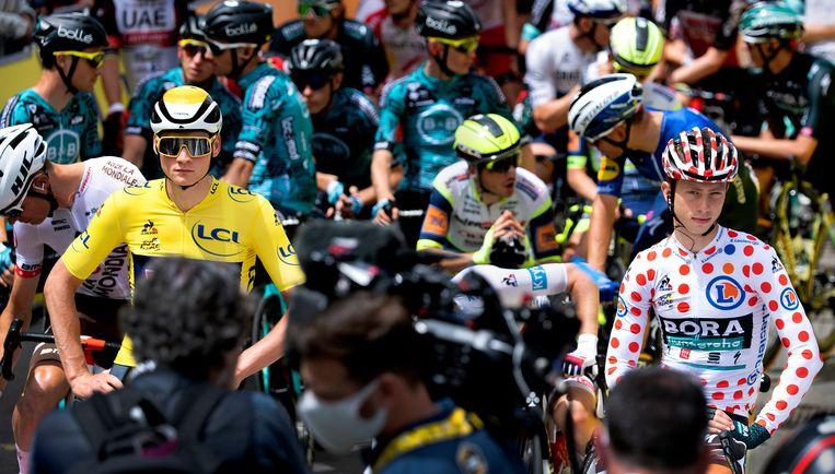 Mathieu van der Poel in de gele trui en Ide Schelling in de bolletjestrui voor de start van de vierde etappe. Beeld Klaas Jan van der Weij / de Volkskrant