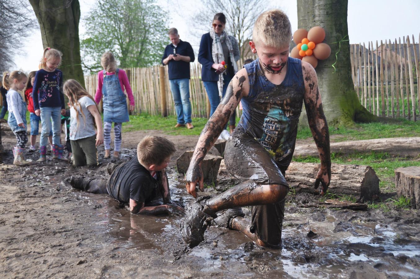 Onder grote belangstelling werd zaterdagmiddag de Natuurspeeltuin in Waspik geopend die voortaan door het leven gaat als Het Klauterwoud.
