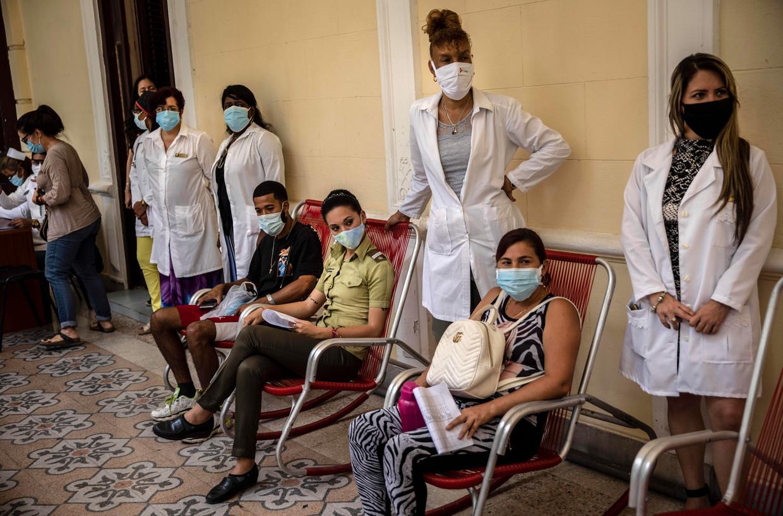 Vrijwilligers die zijn gevaccineerd met Cuba's 'eigen' covidvaccin wachten op medisch onderzoek in de hoofdstad Havana.