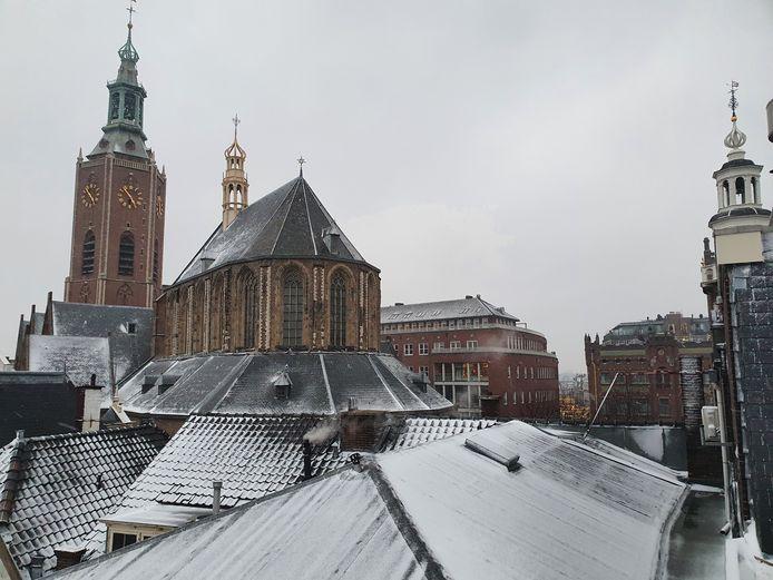""",,Voordat het donker werd, kregen we in het centrum van de hofstad nog een witte groet van koning winter"""", vertelt Ronald Bruijn over zijn foto van de sneeuw van gisteren."""