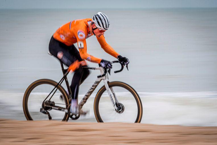 Mathieu van der Poel in de branding van de Noordzee, op weg naar zijn vierde wereldtitel in het veldrijden.  Beeld AFP