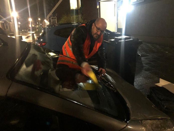 Burgemeester Ahmed Marcouch deelt in Arnhem een waarschuwing uit aan een foutparkeerder. Foto ter illustratie.