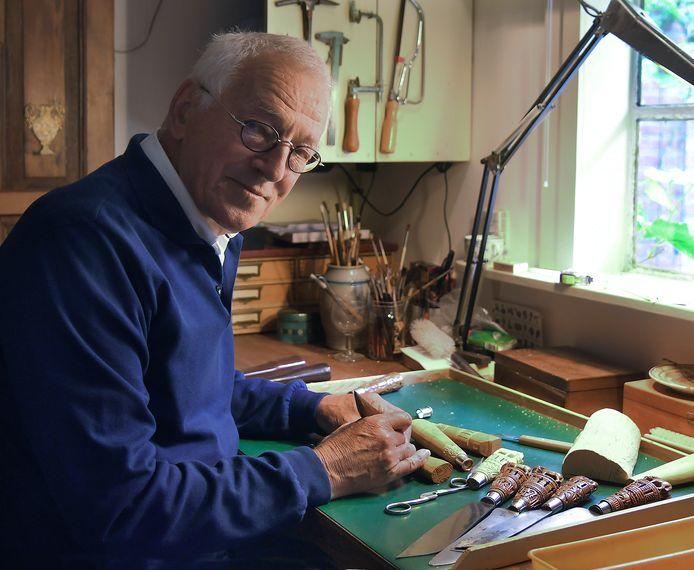 Frans Dingemanse in zijn atelier in Nieuw- en Sint Joosland.