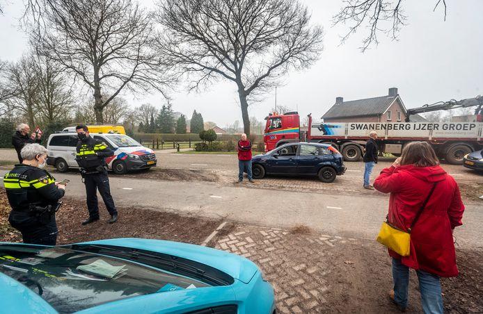 Beerzenaren blokkeren woensdagochtend de Kromvensedijk voor bouwverkeer. De gemeente wil de weg richting de woning van Jan de Rooy verharden.