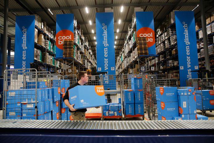 De logistiek in Midden-Brabant profiteert van online-aankopen, zoals bij Coolblue. Op de foto het mega-distributiecentrum in Tilburg.