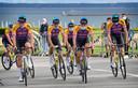 De renners van Alpecin-Fenix voorafgaand aan de ploegenpresentatie in Brest.