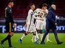 Erik ten Hag en Edson Alvarez verlaten het veld met op de achtergrond juichende AS Roma-spelers.